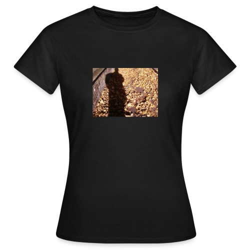 THE GREEN MAN IS MADE OF AUTUMN LEAVES - Women's T-Shirt