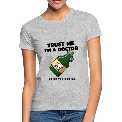 Trust me i'm a Doctor. Raise the Bottle. - Camiseta mujer