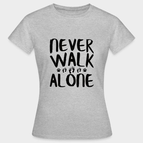 NEVER WALK ALONE | Hunde Sprüche Fußabdruck Pfote - Frauen T-Shirt