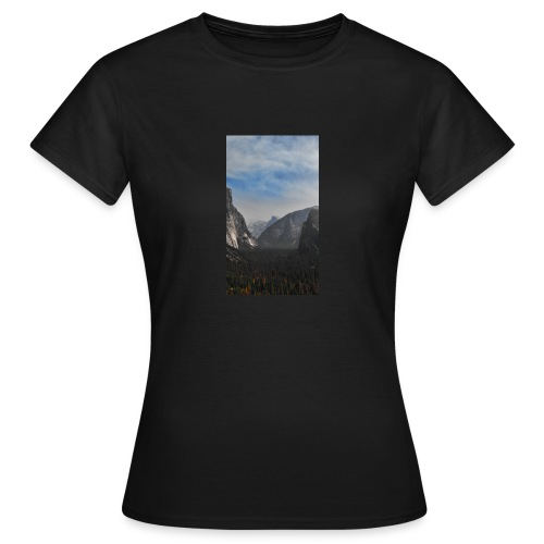 Mountain with trees - Frauen T-Shirt