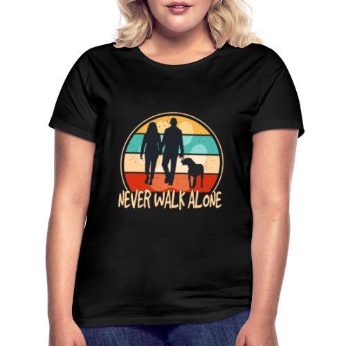 Hundehalter mit Hund Never Walk Alone - Frauen T-Shirt