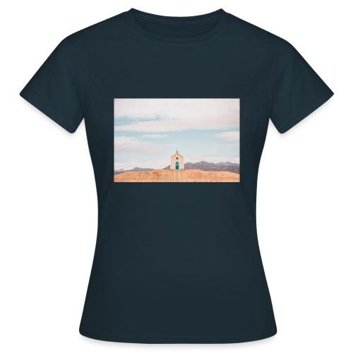 Church on a hill - Frauen T-Shirt