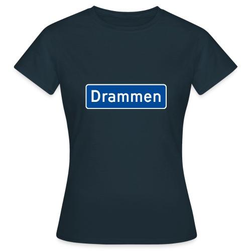 Drammen veiskilt (fra Det norske plagg) - T-skjorte for kvinner