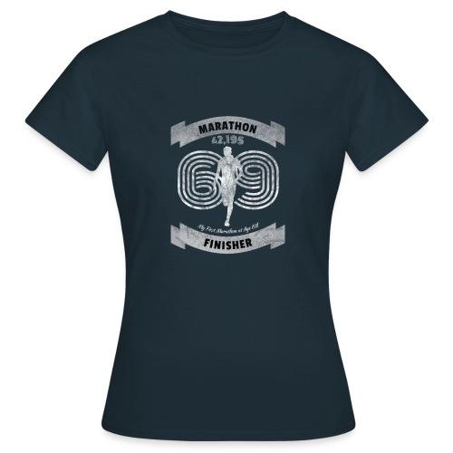 First Marathon Finisher mit 69 Jahren - Geschenk - Frauen T-Shirt