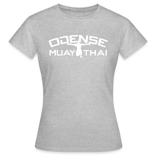 OMT LOGO2012 HVID 08 08 2 2 - Dame-T-shirt