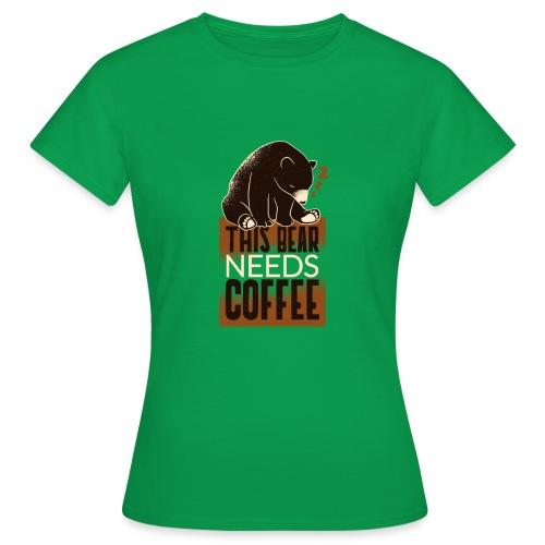 This Bear needs Coffee - Dieser Bär braucht Kaffee - Frauen T-Shirt