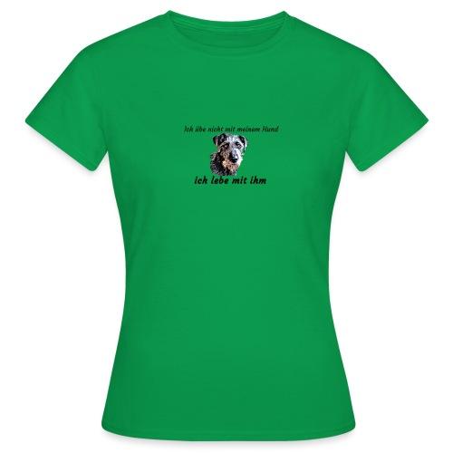Ich lebe mit meinem Hund - Frauen T-Shirt