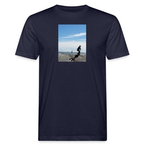 Stefan riding rocks by the sea with shadow logo - Ekologisk T-shirt herr