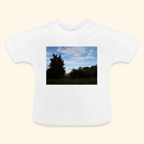 Feld mit schönem Sommerhimmel - Baby T-Shirt