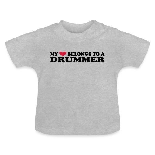 MY HEART BELONGS TO A DRUMMER - Baby-T-skjorte