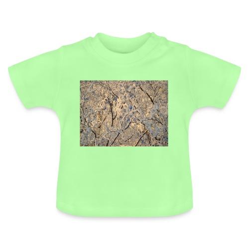 Aurinko pilkistää oksien ja lumen läpi - Vauvan t-paita