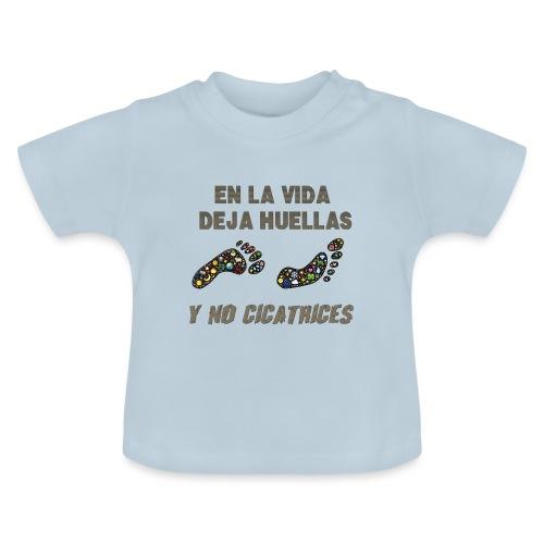 En la vida deja huellas y no cicatrices. - Camiseta bebé