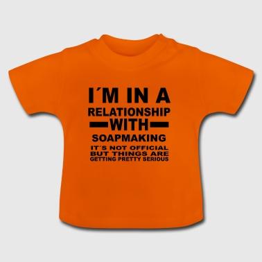 forhold med sæbe gør - Baby T-shirt