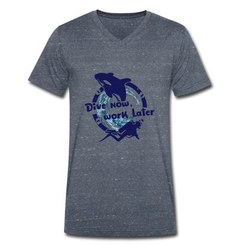 Dive Now - Männer Bio-T-Shirt mit V-Ausschnitt von Stanley & Stella