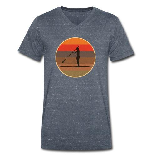 Stand up paddling (SUP) im Sonnenuntergang - Männer Bio-T-Shirt mit V-Ausschnitt von Stanley & Stella
