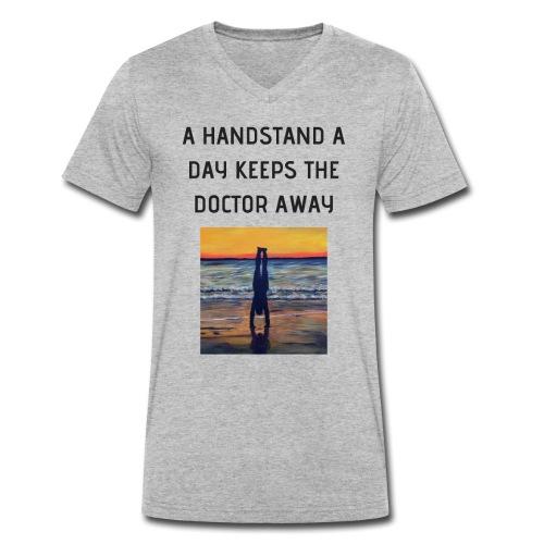 A HANDSTAND A DAY KEEPS THE DOCTOR AWAY - Männer Bio-T-Shirt mit V-Ausschnitt von Stanley & Stella