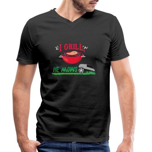 I Grill He Mows Grillschürze - Männer Bio-T-Shirt mit V-Ausschnitt von Stanley & Stella