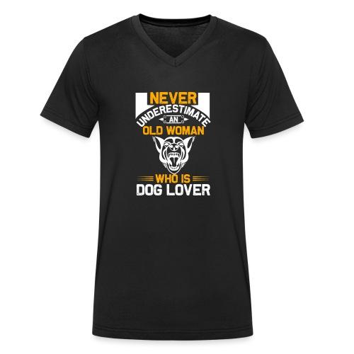 never underestimate an old woman who is dog lover - Männer Bio-T-Shirt mit V-Ausschnitt von Stanley & Stella