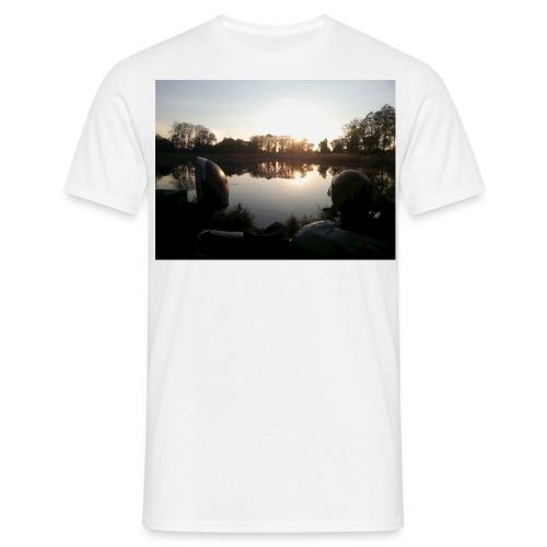 Motorbike at lake - Männer T-Shirt