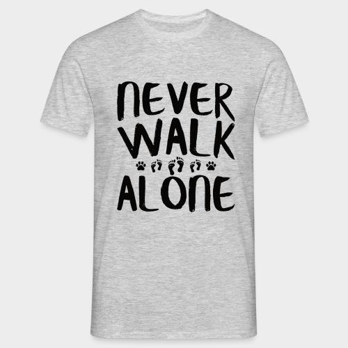 NEVER WALK ALONE | Hunde Sprüche Fußabdruck Pfote - Männer T-Shirt