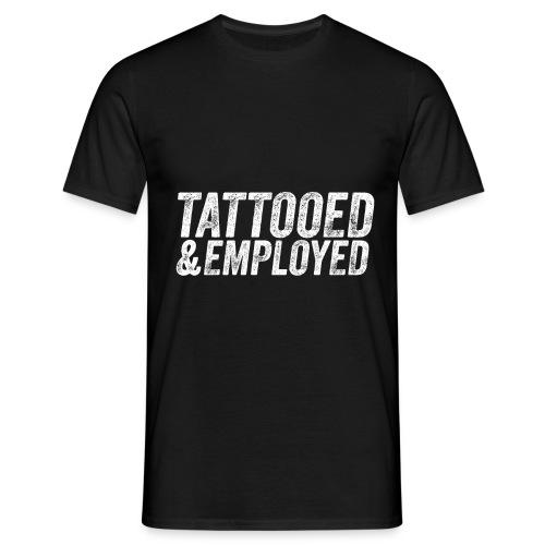 tattooed and employed –white print - Männer T-Shirt