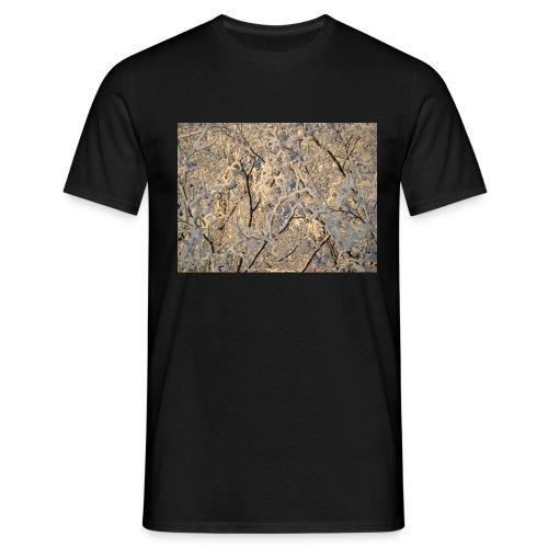 Aurinko pilkistää oksien ja lumen läpi - Miesten t-paita