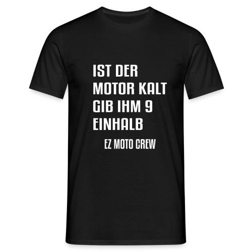 Ist der Motor kalt, gib ihm 9,5 | EZ MOTO CREW - Männer T-Shirt