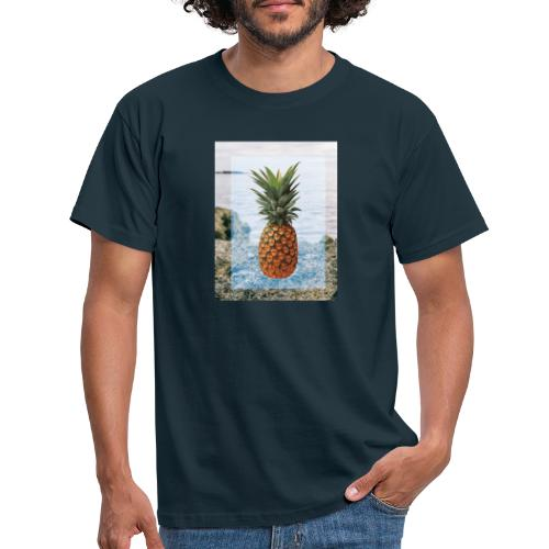 Alone wit pineapple - Männer T-Shirt