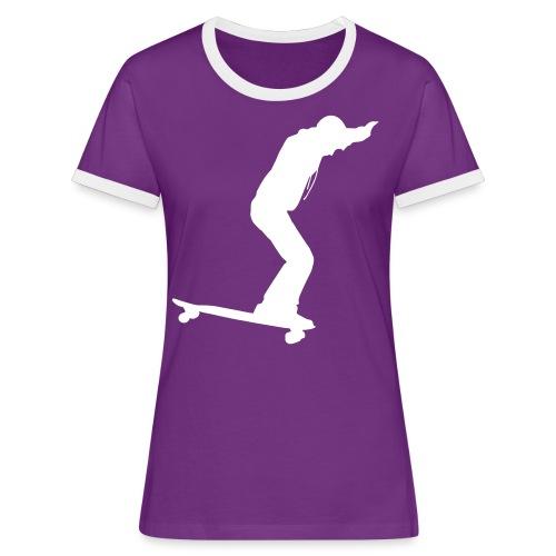 Longboarder Skate in Action - Frauen Kontrast-T-Shirt
