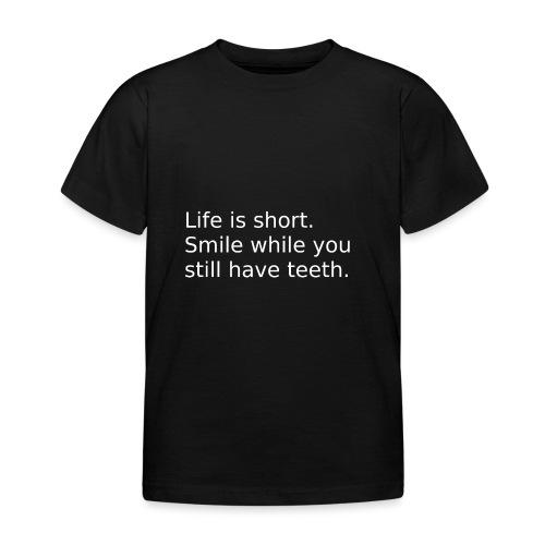 Das Leben ist kurz. Lächle. - Kinder T-Shirt