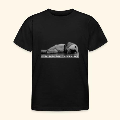 Hund cool schläft am Boden - Kinder T-Shirt