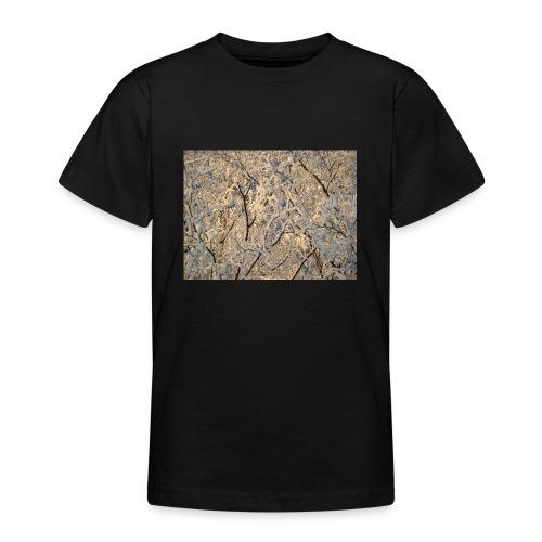 Aurinko pilkistää oksien ja lumen läpi - Nuorten t-paita