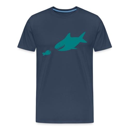 Kleiner Fisch + Hai / dunkler Hintergrund - Männer Premium T-Shirt