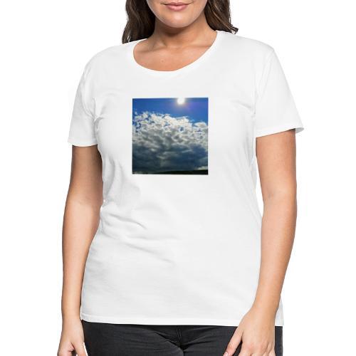 kurz blickt die Sonne über Gewitter-Himmel - Frauen Premium T-Shirt