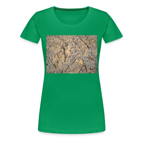 Aurinko pilkistää oksien ja lumen läpi - Naisten premium t-paita