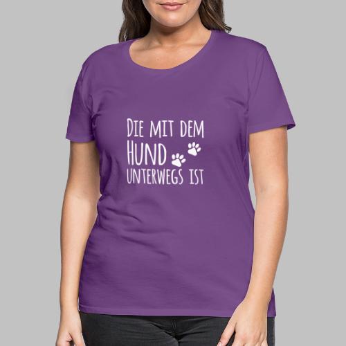 Die mit dem Hund unterwegs ist - Hundepfoten - Frauen Premium T-Shirt