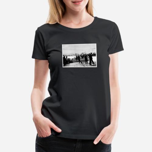 Matrosen die aus einem Boot aussteigen - Frauen Premium T-Shirt