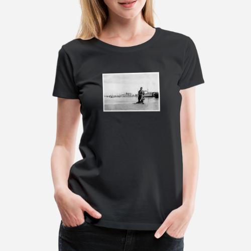 Foto | Vintage | Mann in Anzug sitzend vor Hafen - Frauen Premium T-Shirt