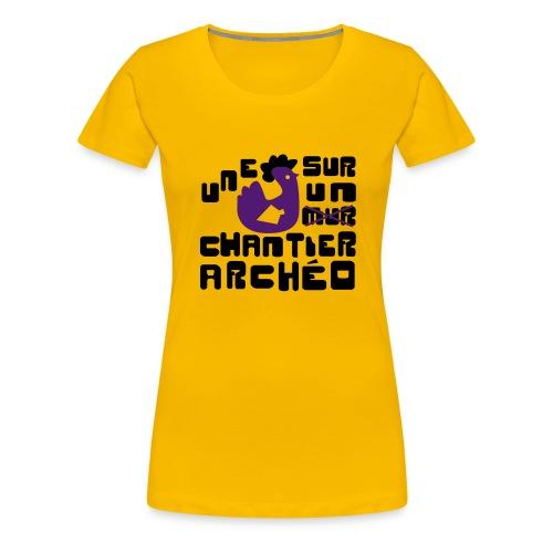 Une poule sur un chantier archéo - T-shirt Premium Femme