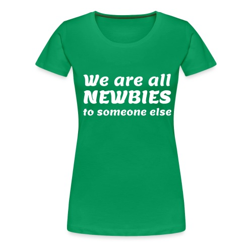 We Are All Newbies (3XL+ / Green Edition) - T-shirt Premium Femme