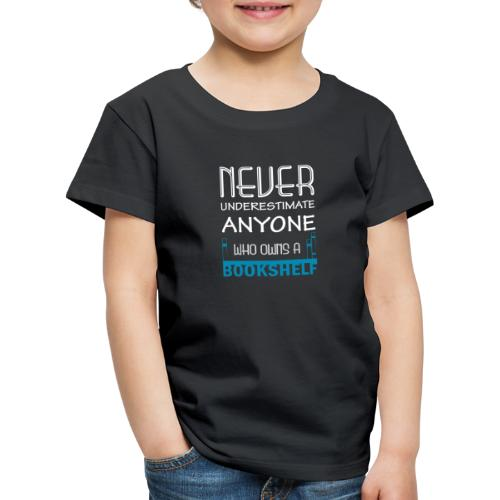 0146 Do not underestimate anyone with a bookshelf - Kids' Premium T-Shirt