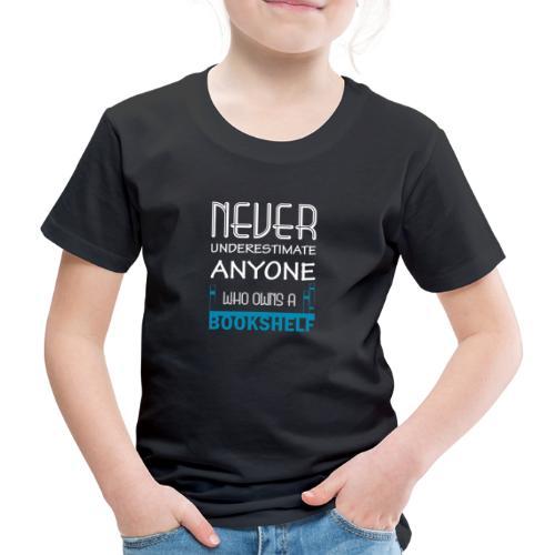 0146 Do not underestimate anyone with a bookshelf - Kids' Premium T-Shirt