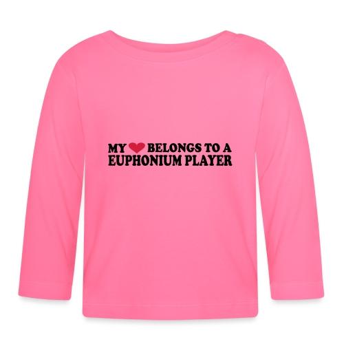 MY HEART BELONGS TO A EUPHONIUM PLAYER - Langarmet baby-T-skjorte