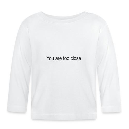 you're too close - Langærmet babyshirt