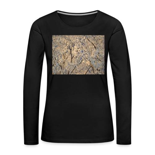 Aurinko pilkistää oksien ja lumen läpi - Naisten premium pitkähihainen t-paita