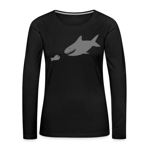 Kleiner Fisch + Hai / dunkler Hintergrund - Frauen Premium Langarmshirt