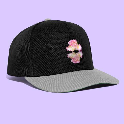 pinke Rose mit Regentropfen im Spiegel, rosa Rosen - Snapback Cap