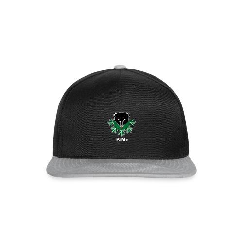 KiMe-logotuotteet valkoisella tekstilla - Snapback Cap