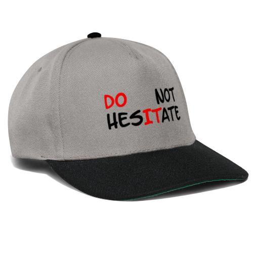 T-Shirt mit der Aufschrift Do not hesitate - Snapback Cap