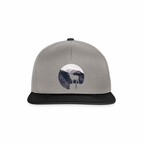 Hiking Outdoor Design mit Bergziege - Bergpanorama - Snapback Cap